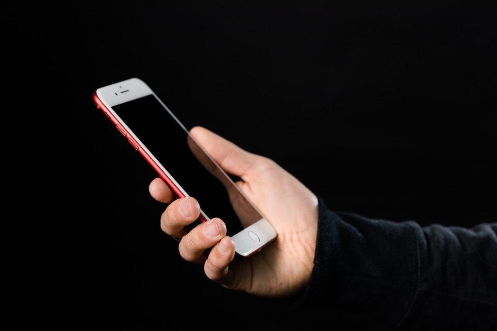 iPhoneを手に持っている