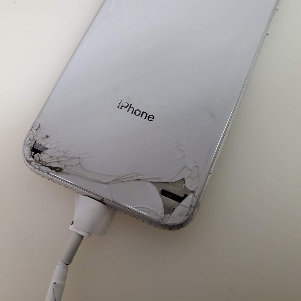 背面が割れたiPhone8