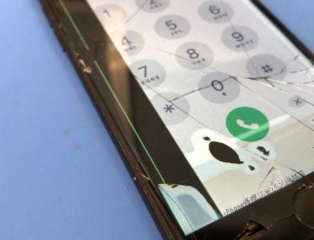 iPhoneの画面に黒い線や斑点!!液晶割れを放置するとデータが消えてしまうかも