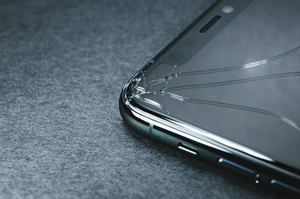 画面が割れてしまったiPhone